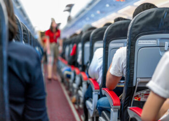 飞机上的座位,乘客坐在所有区域等待飞机从跑道起飞。